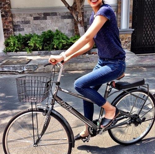 """Tăng Thanh Hà """"đẹp trai"""" khi đi xe đạp-1"""