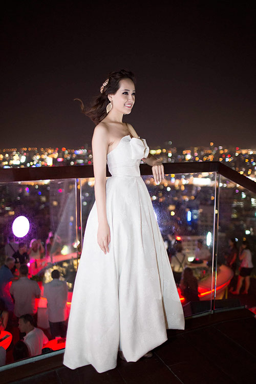 "mai phuong thuy goi cam sau su co ""khoe nguc"" - 1"