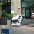 Tin tức - Taxi lao lên 7 bậc cầu thang tòa nhà Pacific
