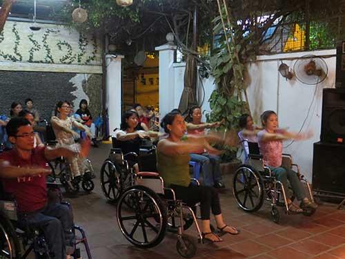 Kỳ lạ nhảy dance sport trên xe lăn-1