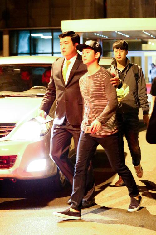 hot: kim soo hyun gian di tai san bay tan son nhat - 12