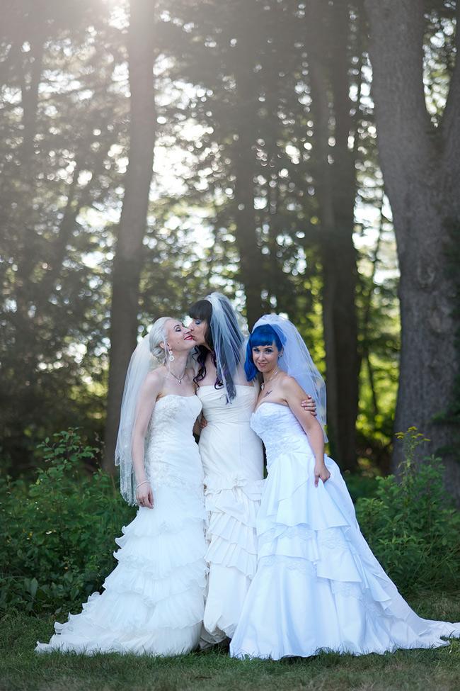 """Cuộc hôn nhân 3 người đầu tiên trên thế giới của ba """"cô gái"""" Kitten, Brynn và Doll được diễn ra vào tháng 8 năm ngoái. Cô dâu: Kitten – là một nhà quản lí, hai chú rể Brynn, Lập trình viên máy tính và Doll, Thiết kế thời trang.  Hãy cùng lắng nghe tâm sự của ba nhân vật chính về cuộc hôn nhân kì lạ của mình: """"Hôn lễ là ngày có ý nghĩa trọng đại với cả 3 """"cô dâu"""" chúng tôi vì chuyện tình yêu đặc biệt của mình. Chúng tôi không muốn chi quá nhiều tiền cho hôn lễ, nhưng những chiếc nhẫn thì không thể thiếu được""""."""