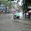"""Tin tức - Đường phố Hà Nội thành """"sông"""" sau cơn mưa đầu mùa"""