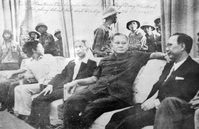 Nội các Sài Gòn trong những giây phút cuối cùng tại Dinh Độc Lập (30/4/1975).