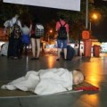 Tin tức - Xót xa 2 em bé ngủ dưới sàn nhà chờ bến xe