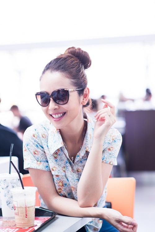 jennifer pham khoe eo thon sexy tai san bay - 2