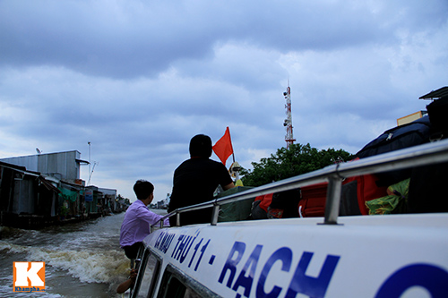 giat minh canh 'xe nuoc' nhoi nhet khach tren song - 12