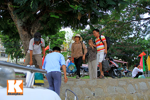 giat minh canh 'xe nuoc' nhoi nhet khach tren song - 4