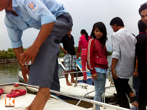 giat minh canh 'xe nuoc' nhoi nhet khach tren song - 6