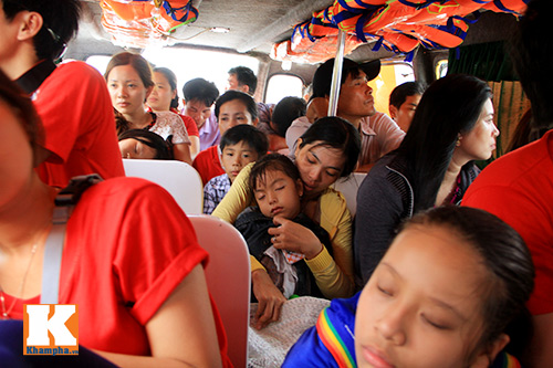 giat minh canh 'xe nuoc' nhoi nhet khach tren song - 2