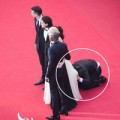 Sao Hollywood bị fan cuồng chui vào váy