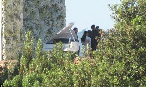 Kim 'siêu vòng 3' diện váy cưới Givenchy lộng lẫy - 1