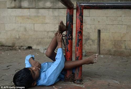 Xót xa bé 9 tuổi bị bà xích chân-5