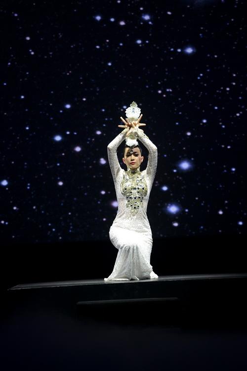 Linh Nga lăng-xê lưng trần gợi cảm - 9