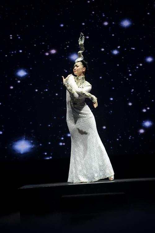 Linh Nga lăng-xê lưng trần gợi cảm - 10