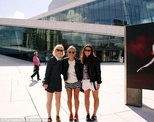 Ba cô gái ngực trần chu du khắp thế giới-2