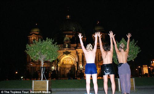 Ba cô gái ngực trần chu du khắp thế giới-5