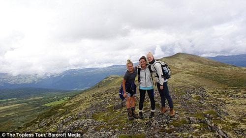 Ba cô gái ngực trần chu du khắp thế giới-8