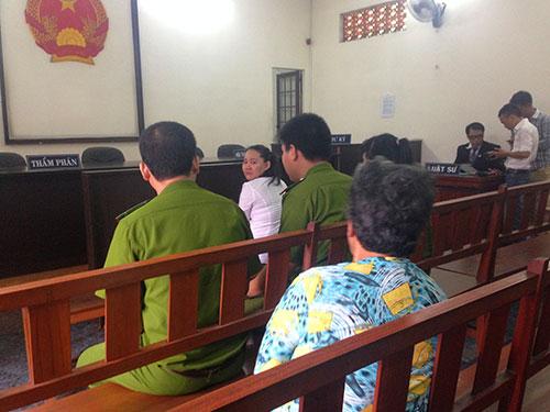 Con trai bảo mẫu cười tươi khi mẹ bị tuyên án-3