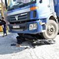 Tin tức - Chạy cắt ngang mặt xe tải, hai chú cháu trọng thương