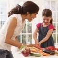 Làm mẹ - Sửng sốt mẹ Nhật dạy con dùng… dao