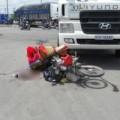Tin tức - Chờ đèn đỏ, hai mẹ con bị xe tải kéo lê trên đường