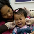 """Làm mẹ - Bấm lỗ tai cho bé: tự dưng 'hành"""" con?"""
