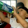 Tin tức - Sốc với bé trai 2 tuổi uống rượu bia thay sữa