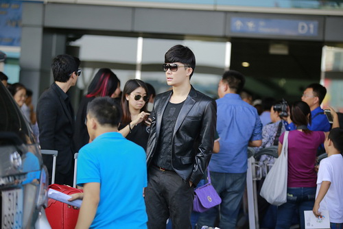 nathan lee om phuong mai tham thiet ngoai san bay - 8