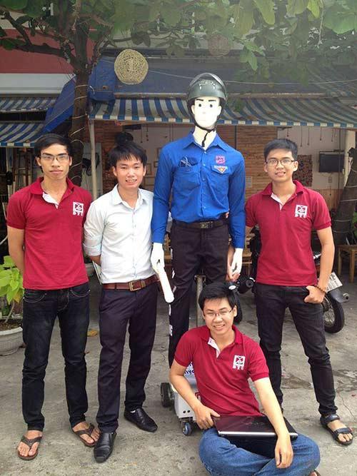 Robot dắt người qua đường gây chú ý ở Đà Nẵng-1