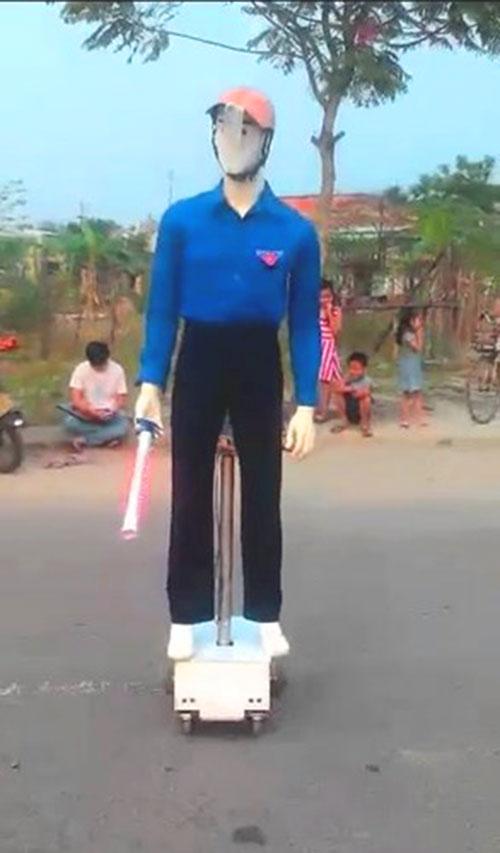 Robot dắt người qua đường gây chú ý ở Đà Nẵng-2