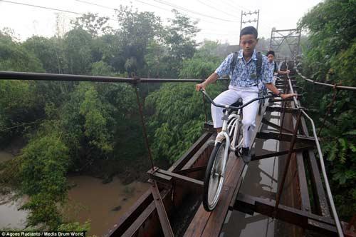 Trẻ em Indonesia đến trường trên cây cầu tử thần-1