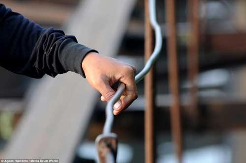 Trẻ em Indonesia đến trường trên cây cầu tử thần-10