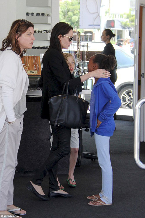 Angelina Jolie gầy tong teo đưa con đi mua sắm-2