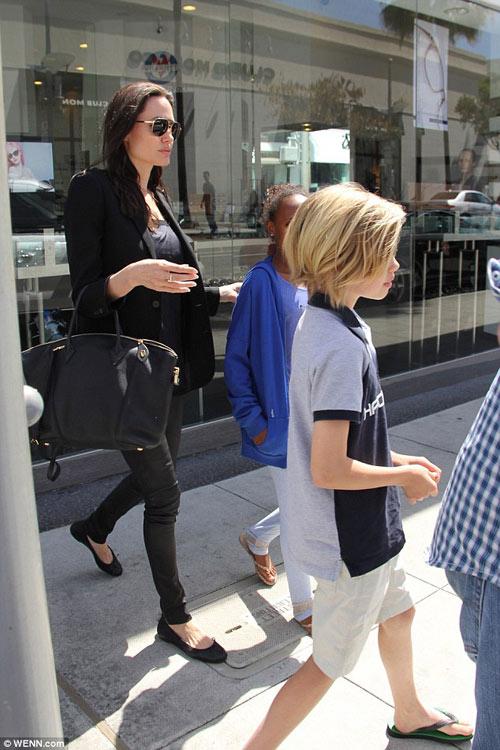 Angelina Jolie gầy tong teo đưa con đi mua sắm-5