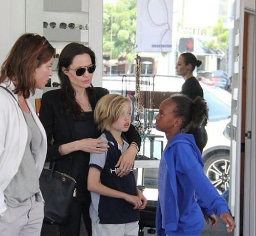 Angelina Jolie gầy tong teo đưa con đi mua sắm-4
