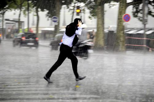 Những mẹo thời trang cần biết trong ngày mưa-1