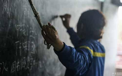Cô giáo bám vào dây suốt ba năm để đứng lớp-1