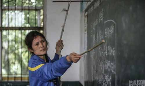 Cô giáo bám vào dây suốt ba năm để đứng lớp-2