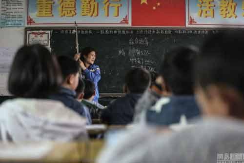 Cô giáo bám vào dây suốt ba năm để đứng lớp-3
