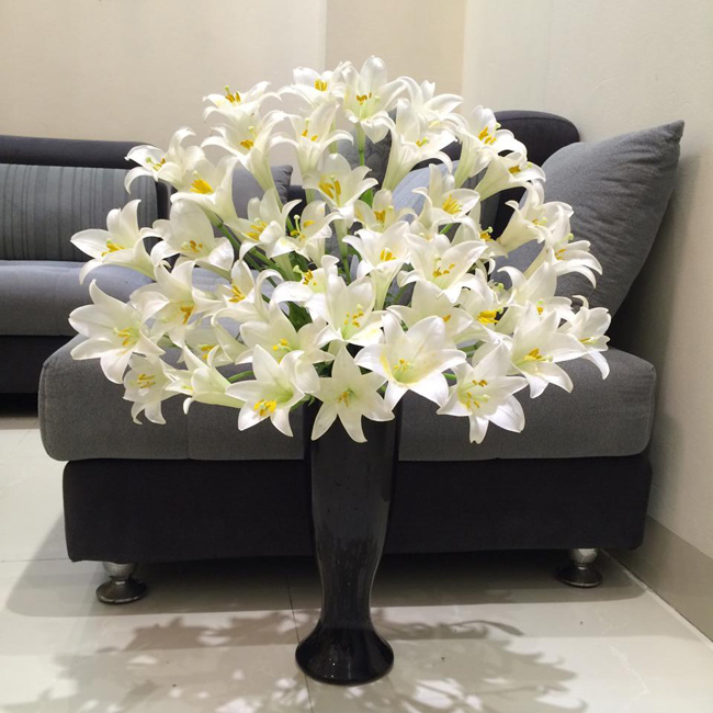 Một lọ hoa loa kèn to sẽ làmnổi bật không gian phòng khách của gia đình bạn.  (Hoa của chịHanh Nguyen My).