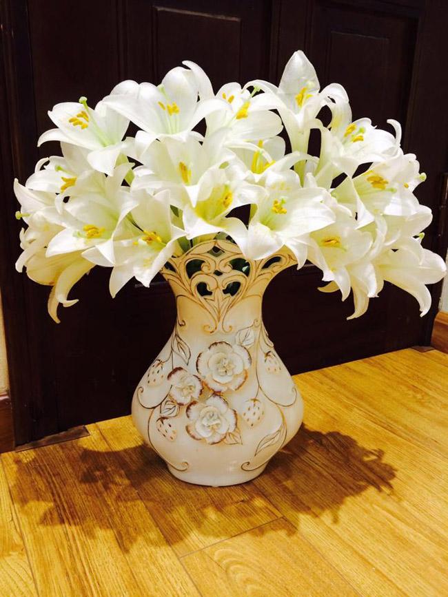 Để cắm được bình loa kèn vào phom đẹp đòi hỏi người cắm phải chú ý đến từng cành hoa đơn lẻ.  (Hoa của chịHanh Nguyen My).