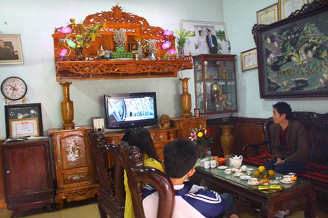 Gian phòng chính căn nhà của bố mẹ Công Vinh bày đồ nội thất gỗ chạm trổ cầu kì.
