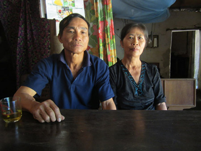 Ông Bảy và bà Hoa - bố mẹ Công Phượng cả đời dãi nắng dầm mưa trồng hạt thóc, hạt ngô ở vùng đất bán sơn địa nghèo khó.