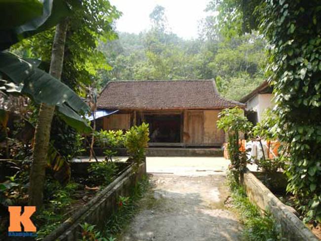 Ngôi nhà của bố mẹ chàng tiền đạo trước đây vốnnhỏ bé, tồi tàn nằm trầm mặc dưới chân đồi Yên Ngựa.