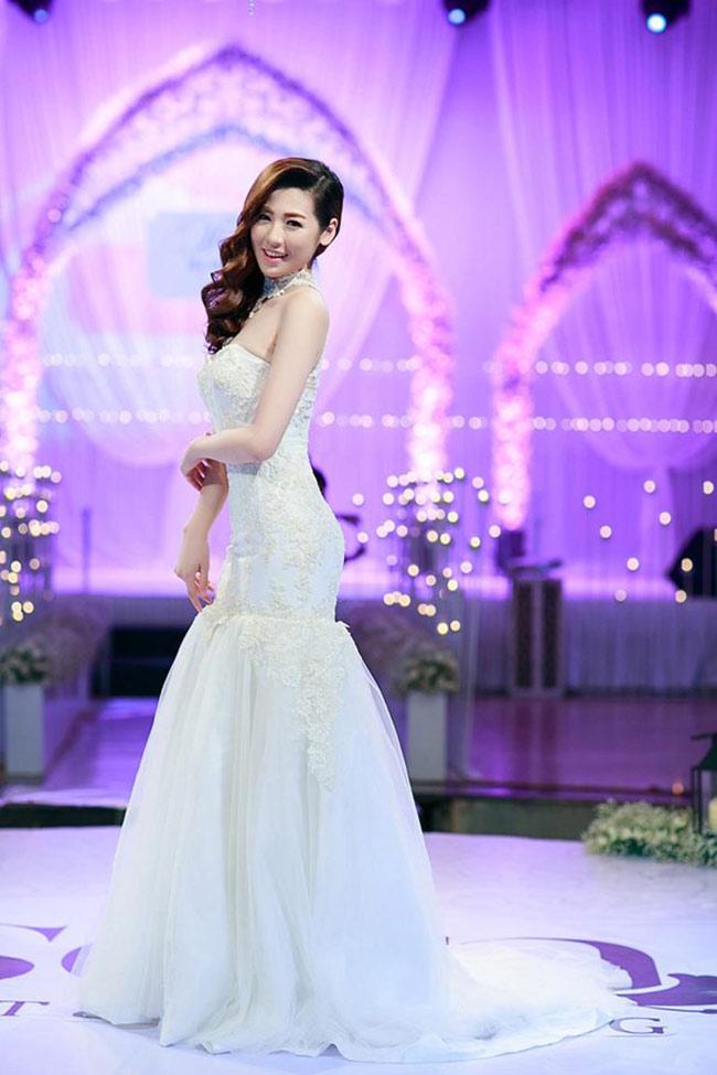 Tú Anh có một thân hình đầy đặn nên cô các mẫu váy cưới cô thể hiện rất gần gũi để các cô dâu Việt tham khảo dáng váy