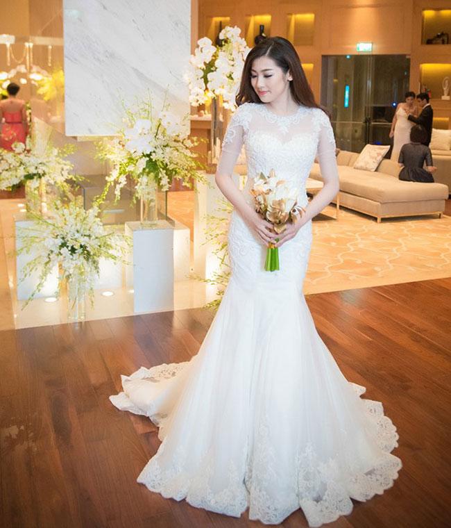 Tú Anh trong hình ảnh một cô dâu nữ tính, ngọt ngào với mẫu váy cưới đuôi cá hết sức trẻ trung