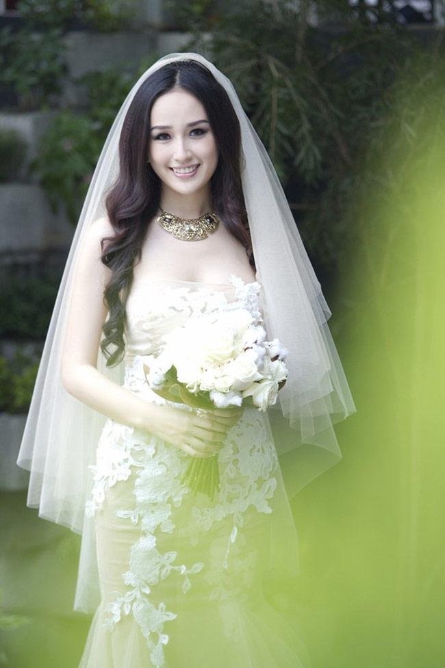 Vóc dáng cao nổi bật của hoa hậu rất hợp với đầm cưới đuôi cá dài thướt tha, dù chưa kết hôn nhưng hình ảnh mặc áo cưới của Mai Phương Thuý cũng khiến nhiều người hâm mộ xao xuyến
