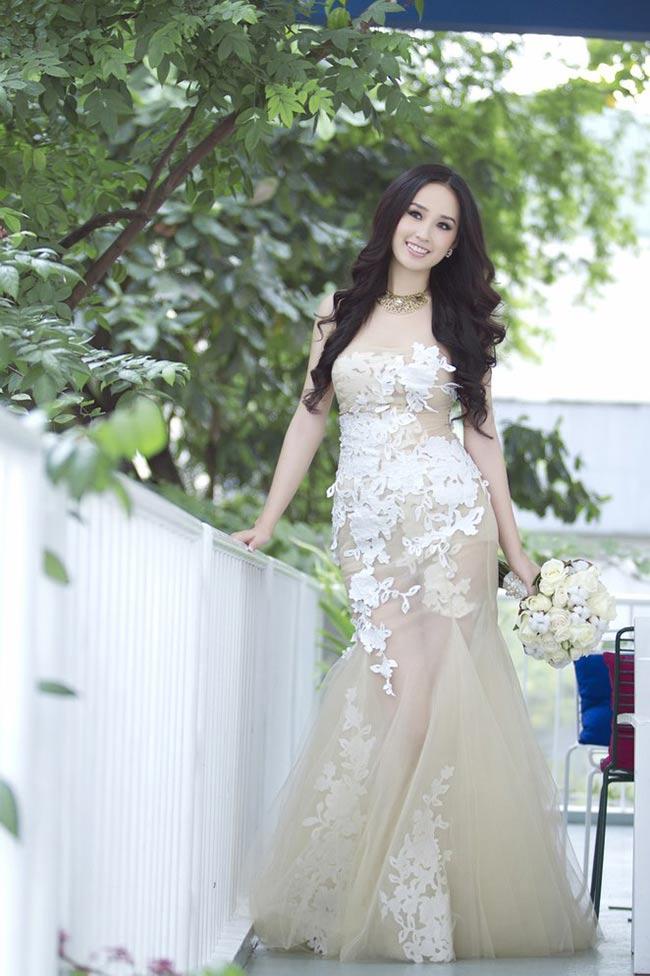 Chiếc váy cưới đính hoa và có những lớp voan mềm mại thật quyến rũ
