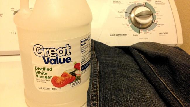 Tránh phai màu quần jean tối của bạn bằng cách thêm giấm vào lần quay cuối cùng của máy giặt.